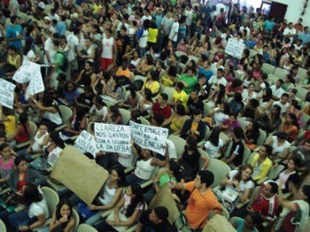 Estudantes em assembléia na Reitoria da UFBA