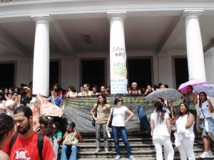 Estudantes protestam em frente à Reitoria da UFBA
