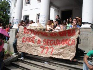 Faixas e cartazes foram improvisados para mostrar a indignação estudantil.