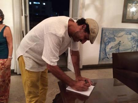 Pedro autografa